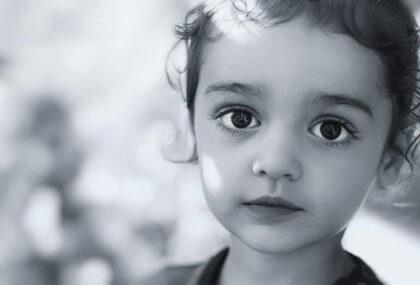 Niño con ojos oscuros simbolizando las frases de Zenón de Citio
