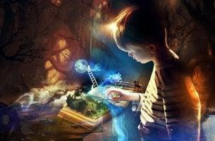 niño mirando libro y desarrollando su inteligencia