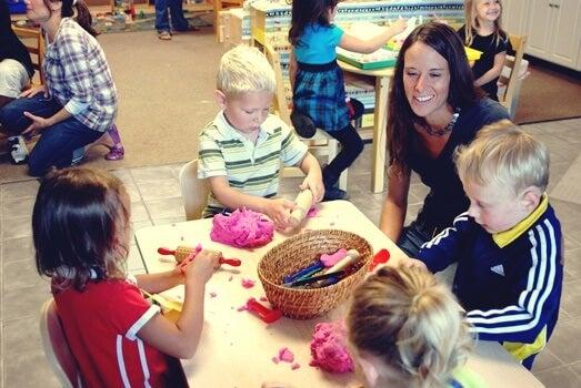 niños en aula representando el trabajo cooperativo