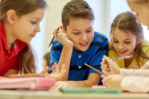 Niños trabajando en grupo representando el día del maestro