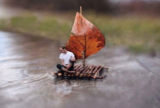 Hombre en un barco pequeño