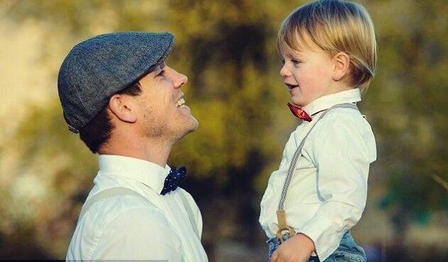 padre con alta inteligencia y su hijo