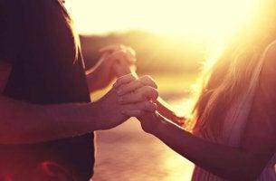 pareja cogida de las manos simbolizando cómo conectar con una persona introvertida
