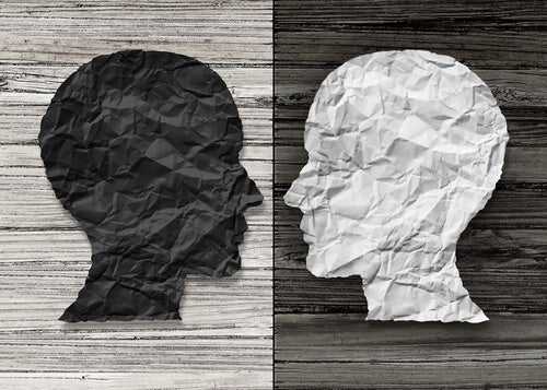 Perfiles de dos cabezas en blanco y negro