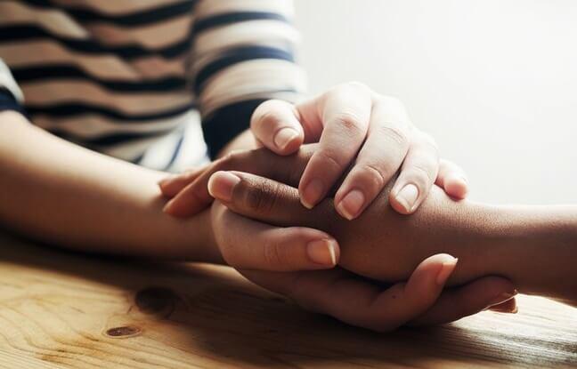 persona cogiendo las manos de otra simbolizando que el mundo necesita más compasión