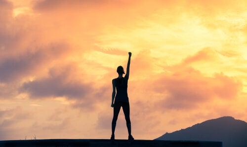 Persona motivada con el brazo hacia arriba