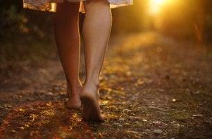 Pies de una mujer mientras camina
