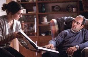 Pilar enseñando un libro a su marido