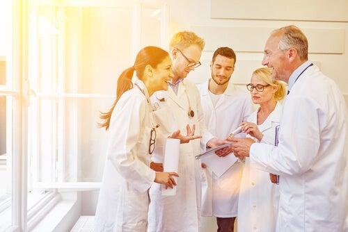 Profesionales de la salud riendo juntos