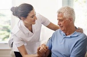 psicogerontólogo con anciano