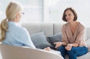 Psicóloga realizando terapia individual