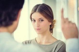 Psicólogo haciendo terapia EMDR a su paciente