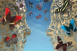 rostros con mariposas simbolizando la terapia metafórica