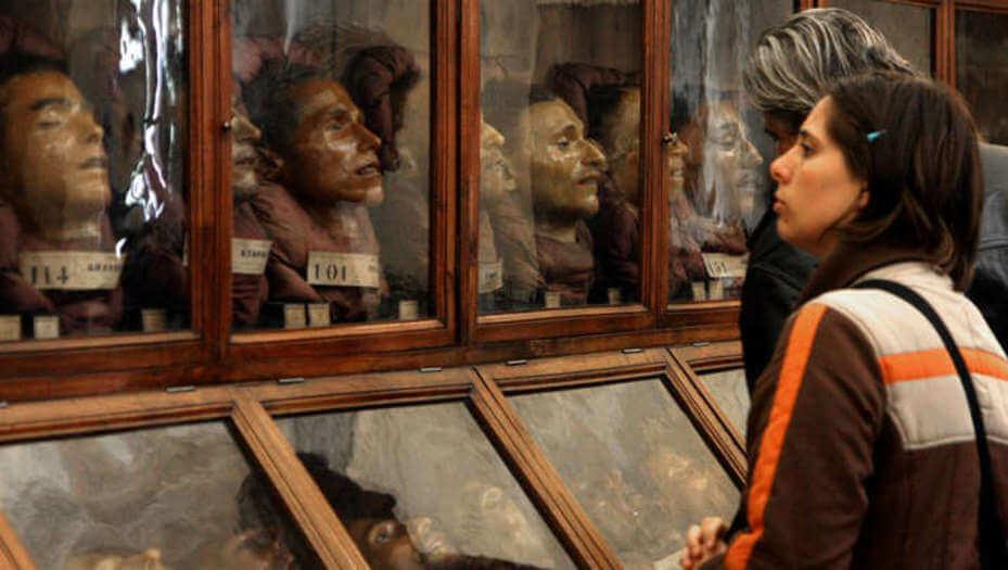 rostros en vitrinas representando el trabajo de Cesare Lombroso
