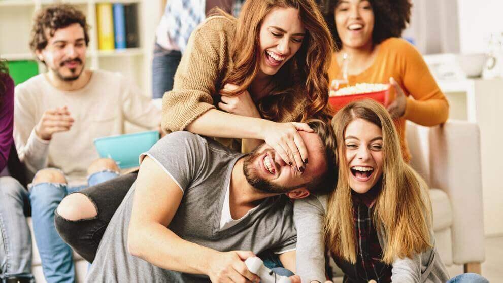 Amigos divirtiéndose mientras comen palomitas