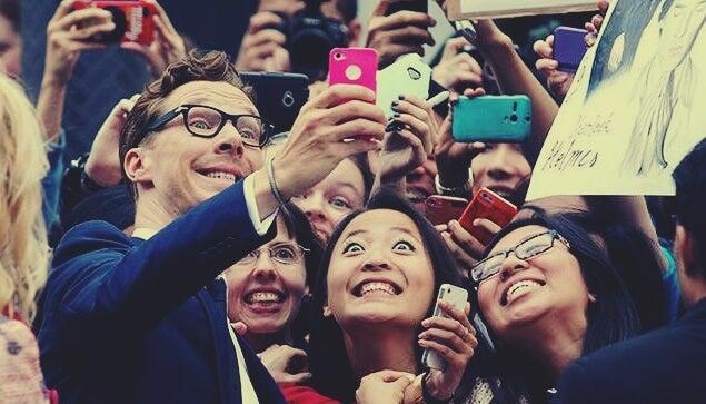 Benedict Cumberbatch y sus seguidoras simbolizando la relación entre el fenómeno fan y las neuronas espejo