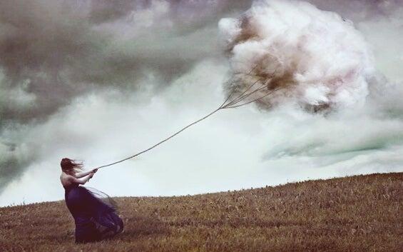 chica arrastrando nube simbolizando los factores que dañan la relación contigo mismo