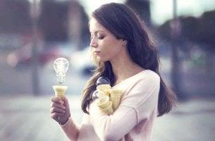 chica con cucurucho donde hay una bombilla simbolizando esos momentos cuando nadie cree en ti