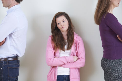 Chica enfadada con sus padres