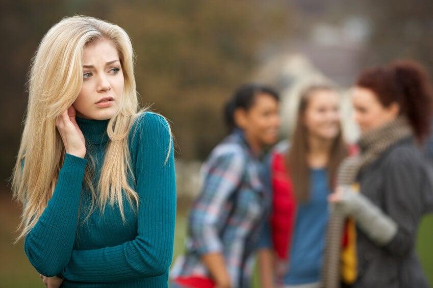 Chica pensando que sus amigas no son las personas adecuadas