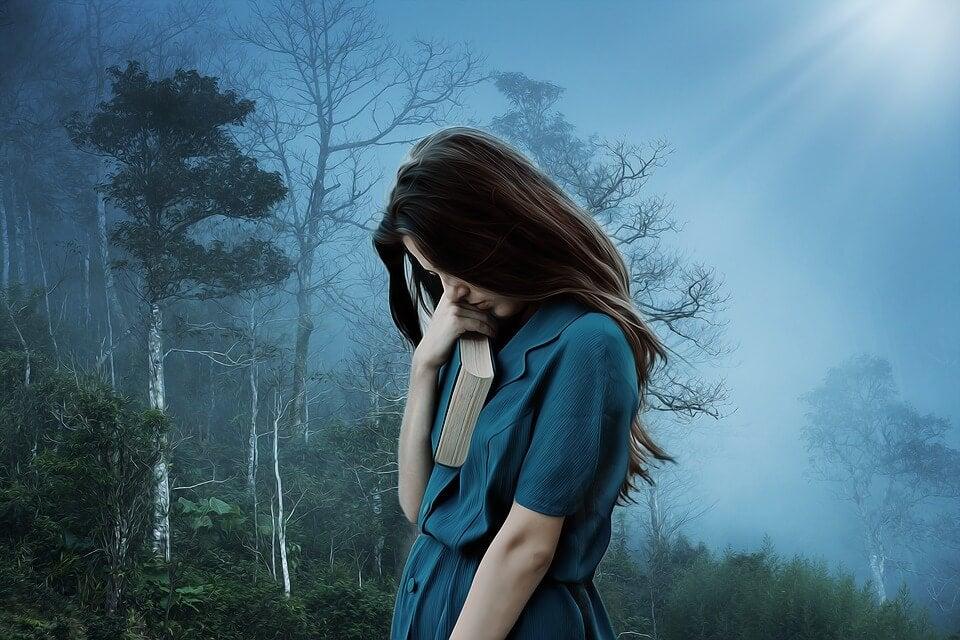 chica triste con libro representando el lenguaje de la depresión
