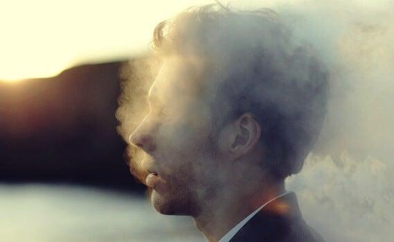 chico envuelto en humo simbolizando el propio esfuerzo