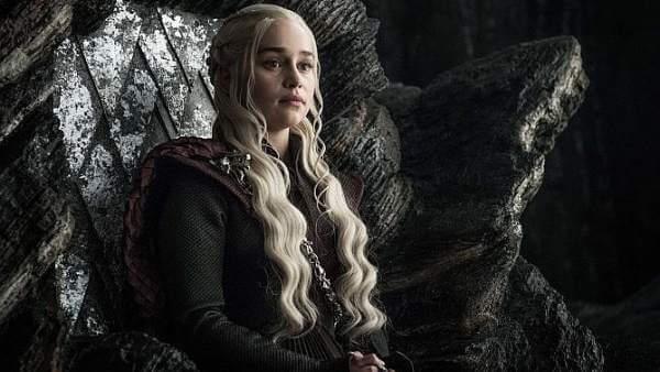 Daenerys Targaryen sentada