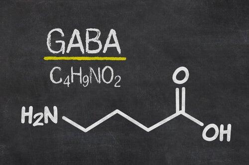 Fórmula de GABA en la pizarra