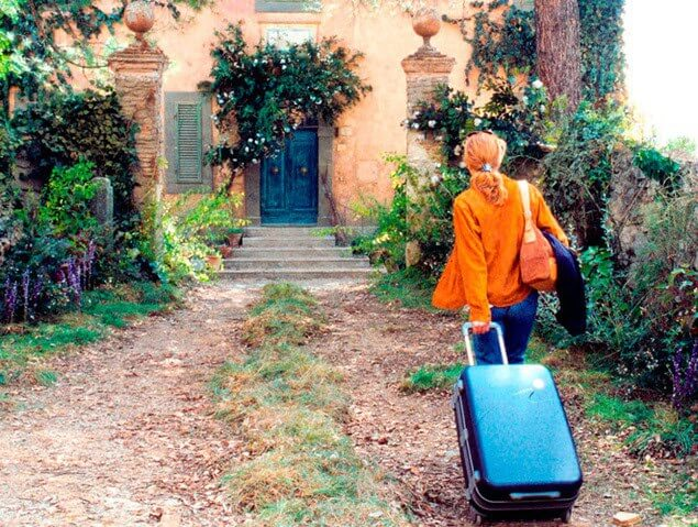 Frances con una maleta