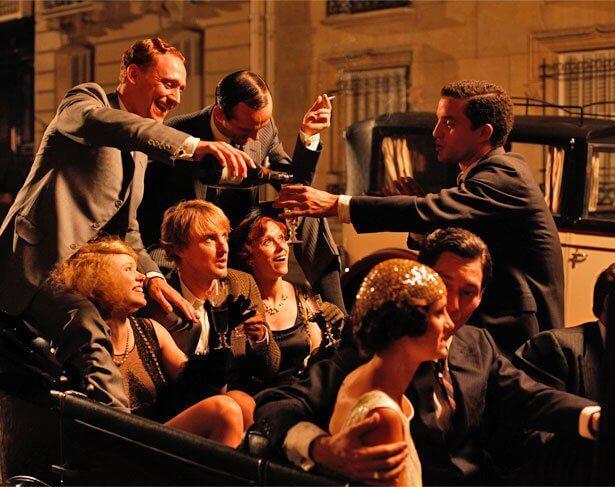 Gente disfrutando por la noche