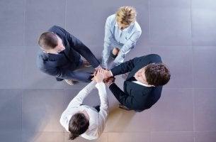 Grupo de personas uniendo sus manos para representar el concepto de confianza social