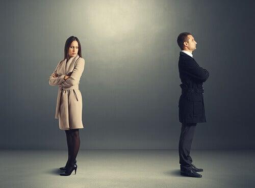Hombre dando la espalda a una mujer mientras lo mira