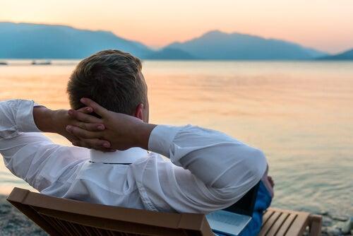 Hombre descansando en la playa que ha aprendido a gestionar el estrés laboral
