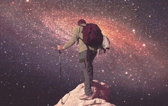 chico coronando cumbre ante universo simbolizando esos momentos cuando nadie cree en ti