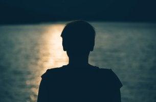 Hombre preocupado pensando en el ostracismo