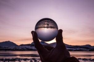 Mano con una bola de cristal para representar el error del adivino