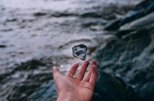 mano con piedra simbolizando la historia sobre la ceguera mental