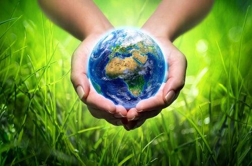 Manos sujetando una bola del mundo