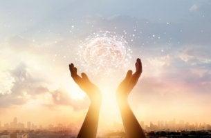 Manos sujetando un cerebro para representar la influencia de la religión en el cerebro