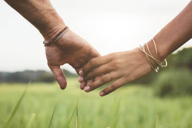 manos que simbolizando el sacrificarse por amor