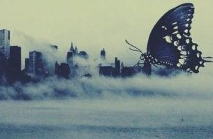 Mariposa gigante sobre una ciudad