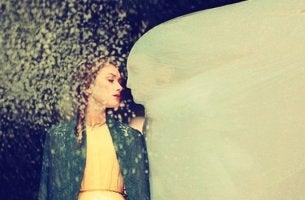 mujer al lado de una figura con una sabana simbolizando cuando una pareja no entiende nuestra depresión