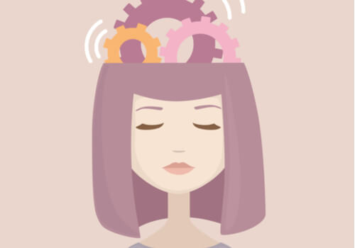 Mujer con mecanismo en la cabeza