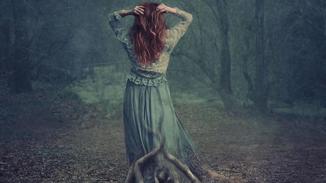Mujer con raíces de árbol
