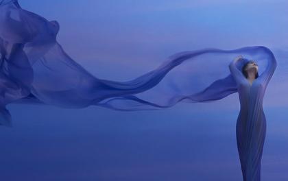mujer con traje azul representando el arte de ser flexible