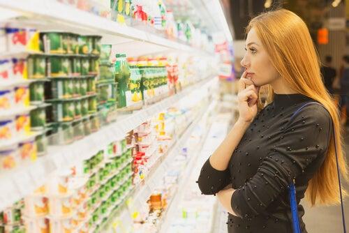 Mujer eligiendo comida en el supermercado
