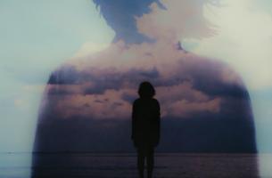 Mujer en el horizonte ante el mar