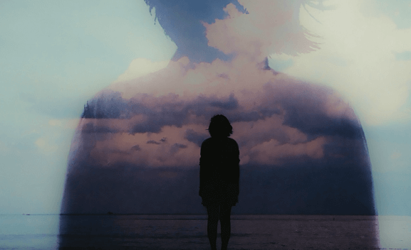 mujer en el horizonte del mar simbolizando cómo afecta el estrés a las mujeres