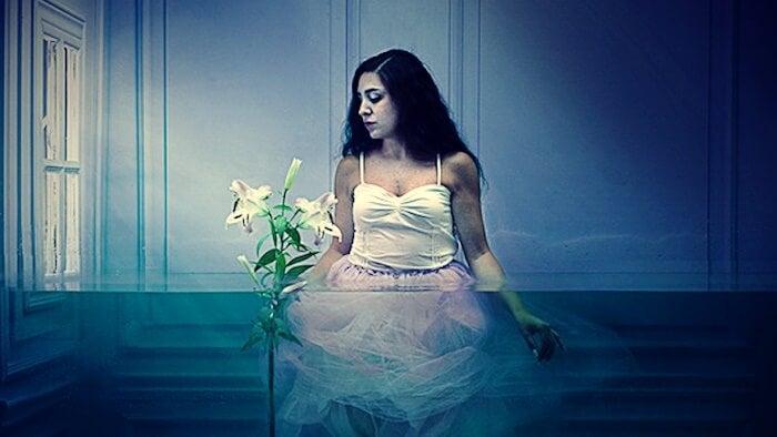 mujer con flor pensando en no querer sufrir