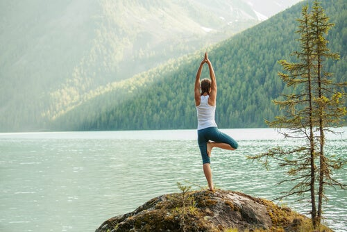 Mujer haciendo postura de yoga